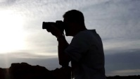 photographer taking nature photoshoot on hill Miniatura de YouTube template